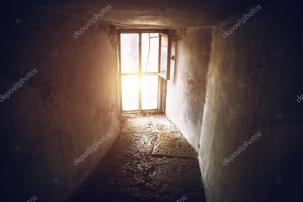 Corridoio scuro curva e grande finestra su tutta la parete luce dalla finestra prospettiva - Libro la luce alla finestra ...