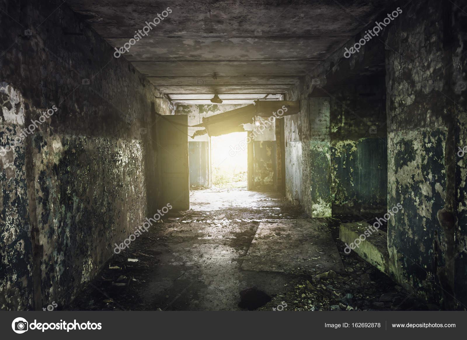 Dunklen Flur mit abblätternde Farbe an den Wänden in einem ...