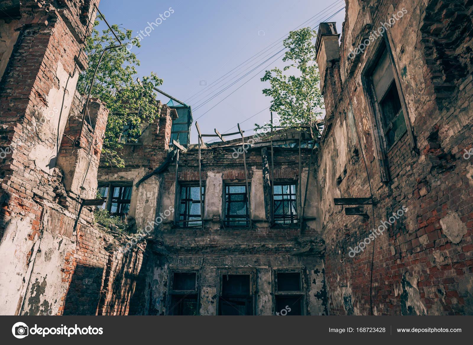 alte verlassene aus rotem backstein haus ruine besch digt durch erdbeben krieg oder andere. Black Bedroom Furniture Sets. Home Design Ideas