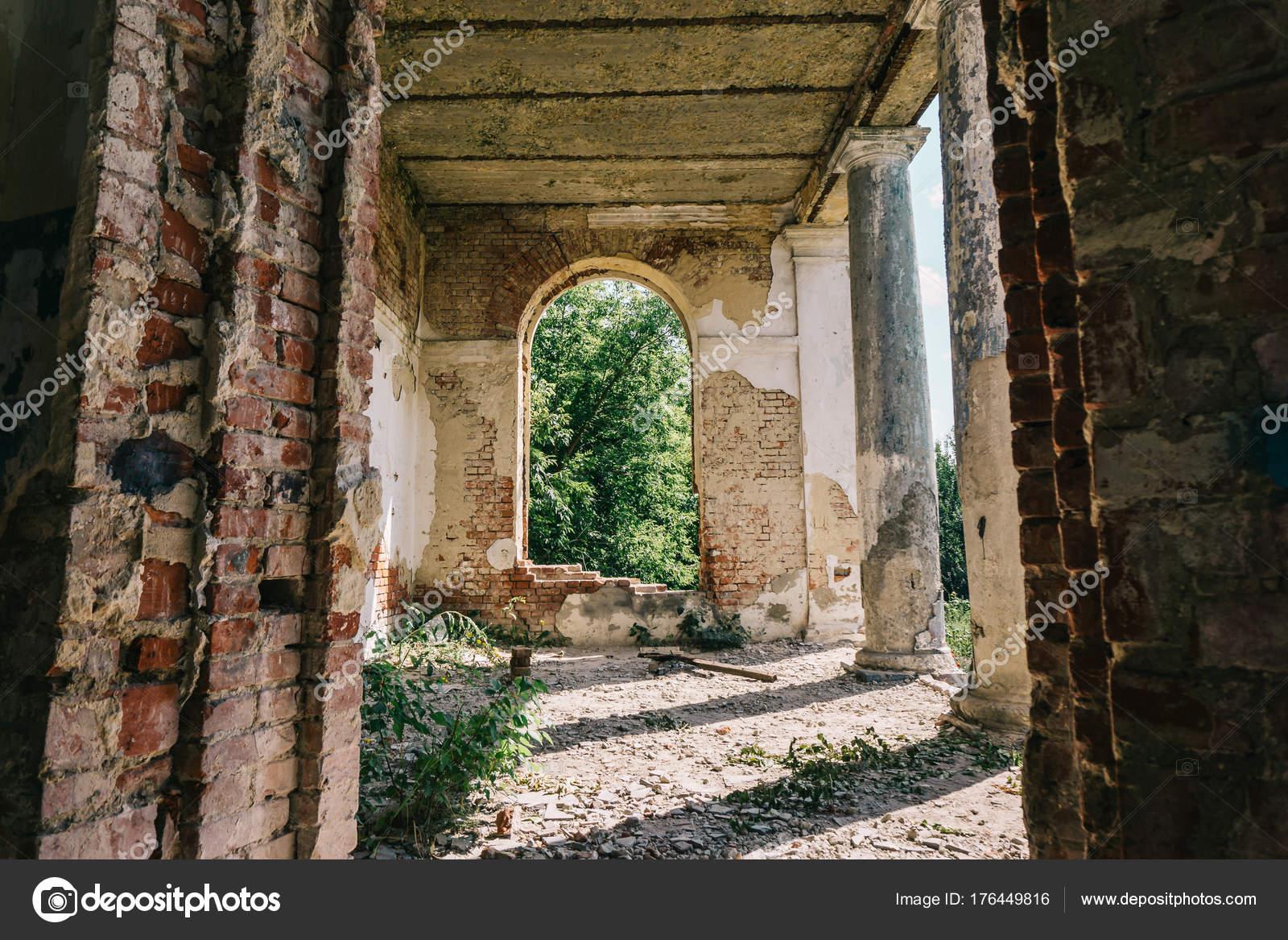 Geistervilla, Verlassenen Alten Gebäude Innen Interieur Mit Bogenfenster U2014  Stockfoto