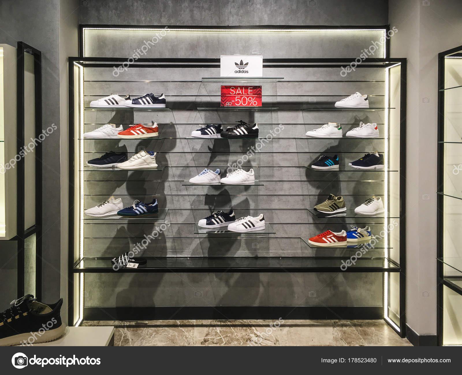 Voronezh, Russia Circa dicembre 2017: Adidas scarpe in