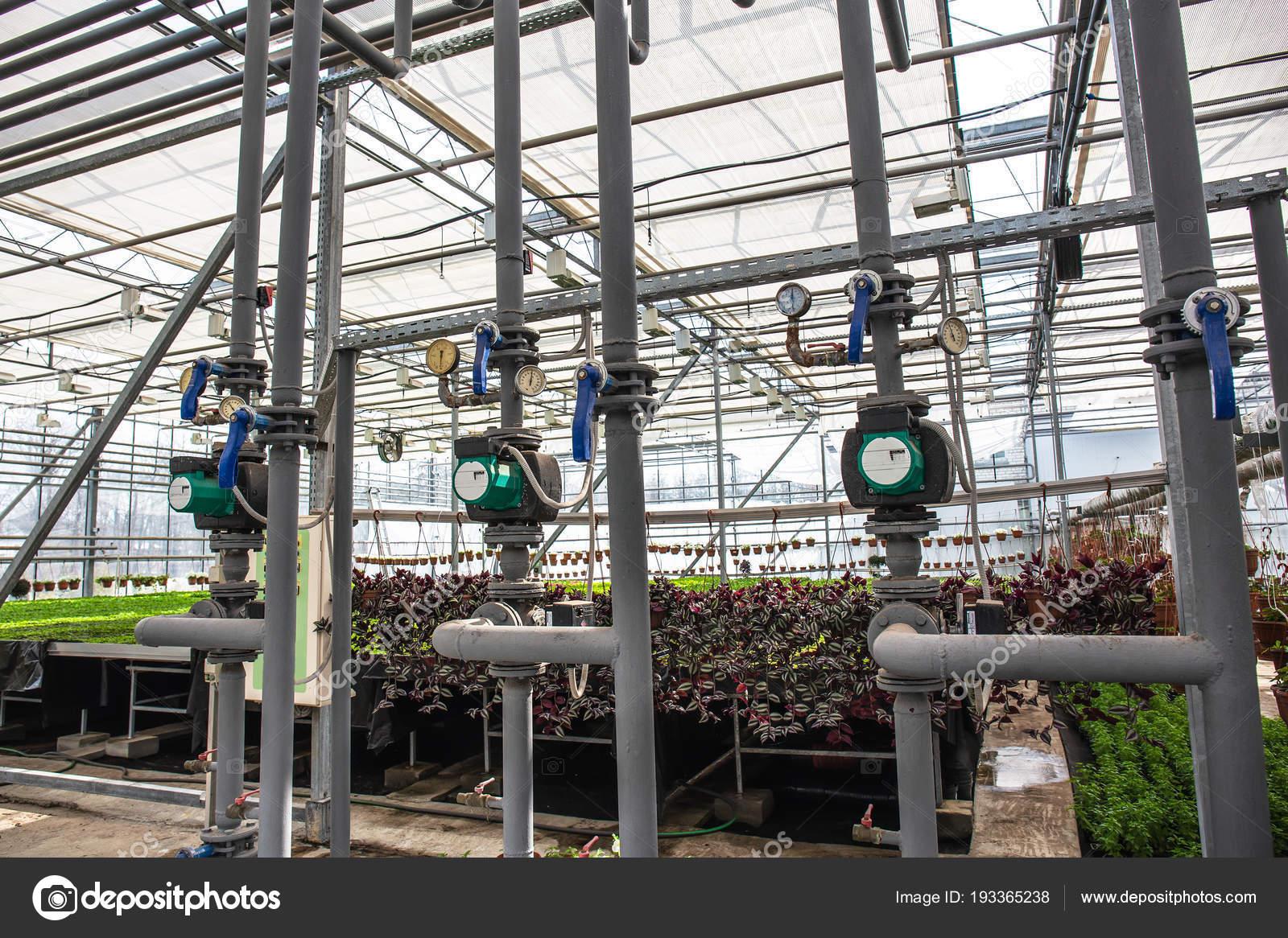 Rohre Mit Automatischer Bewasserung Oder Bewasserungssystem In