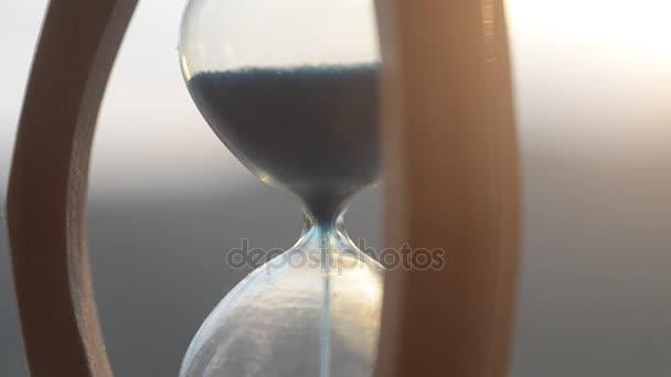 Idő fogalmát. Sziluettjét homokóra óra és a füst a homályos természet háttér napnyugta időpontja, vagy szimbólumok mellett, füst, ideje véget ér, vagy szerelem véget ér. Optimista vagy pesszimista elképzelések.