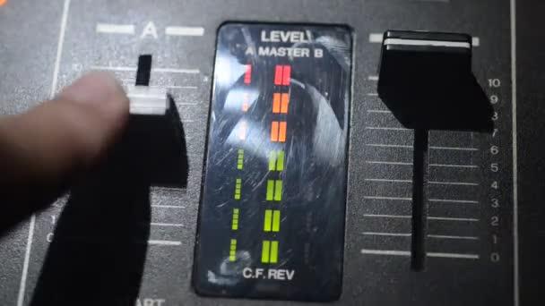 DJ fonó, keverés és karmoló, egy éjszakai klub, dj kezében különböző pálya vezérlők, dj fedélzeten, a strobe fények, és a köd, a szelektív összpontosít a csípés, zár megjelöl. DJ-zene klub élet fogalma