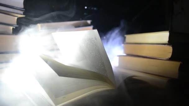 Mnoho starých knih v zásobníku. Knoledge koncepce. Knihy na tmavém pozadí s kouře prvky. Čarodějnické knihy v centru. Glasswatch