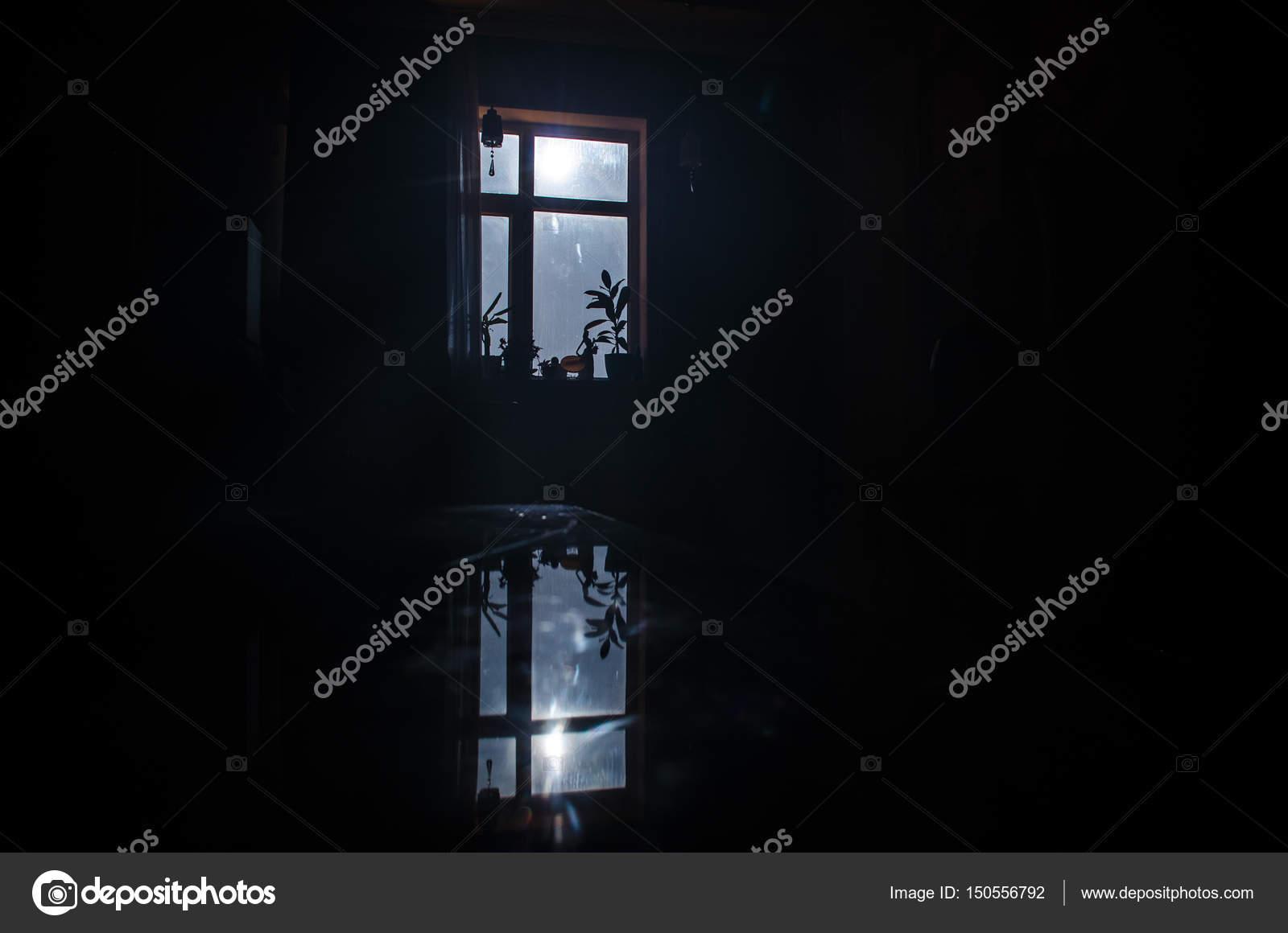 Nocturna de luna visto a través de la ventana del cuarto ...