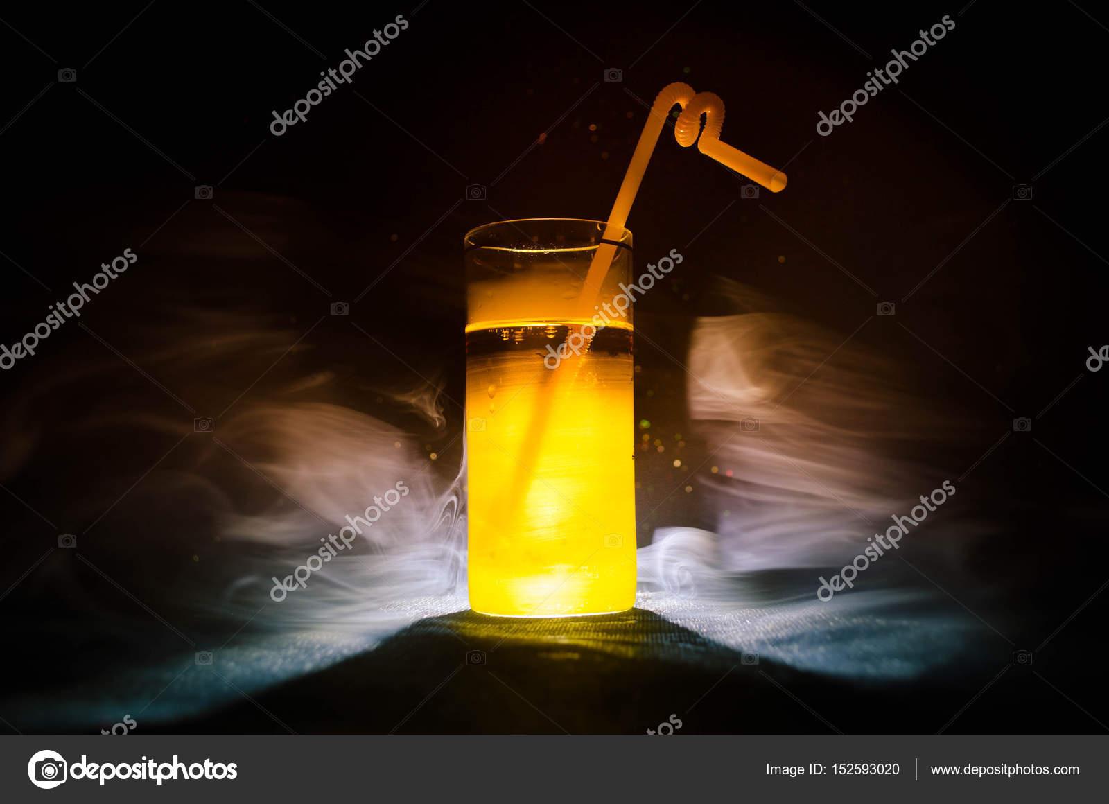 Helles Gelbgrün cocktail garniert mit Kalk. Klassische Alkohol ...