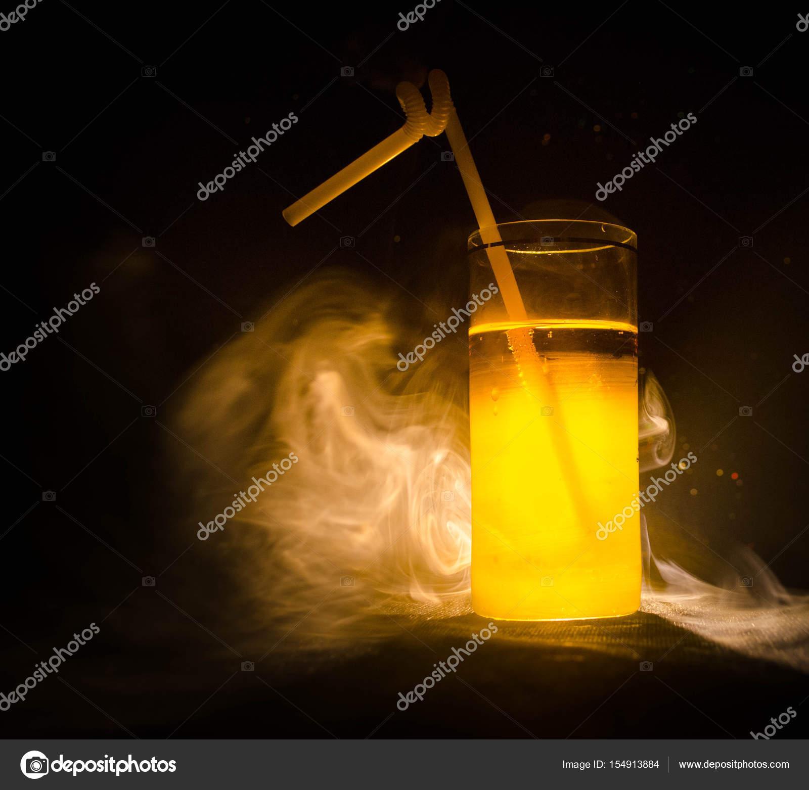 Helles Gelbgrün cocktail garniert mit Kalk. Cocktails an der Bar ...