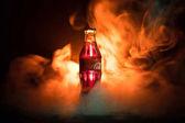 Baku, Ázerbájdžán 13. ledna 2018, Coca-Cola Classic ve skleněné láhvi na tmavém tónovaný zamlžené pozadí. Coca Cola je nejoblíbenější limonády sycené nápoje prodávané po celém světě