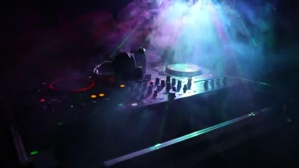 DJ fonó, keverés és karmoló, egy éjszakai klub, dj kezében különböző pálya vezérlők, dj fedélzeten, a strobe fények, és a köd, a szelektív összpontosít a csípés, zár megjelöl
