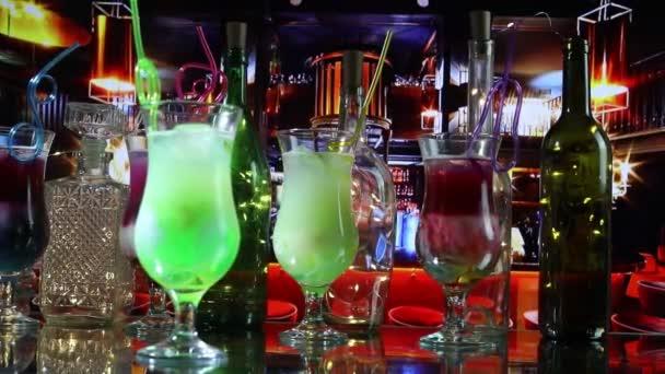 Neujahrs- und Weihnachtsfeier. verschiedene leckere Cocktails mit kreativer Dekoration für das neue Jahr. bunter Cocktail im Glas. Party Club Unterhaltung. Kopie