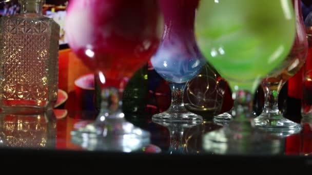 Neujahrs- und Weihnachtsfeier. verschiedene leckere Cocktails mit kreativer Dekoration für das neue Jahr. bunter Cocktail im Glas. Party Club Unterhaltung. Kopierraum.