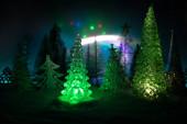 Prázdné místo pro text. Vánoční ozdoby. Jedle stojící na sněhu s krásnou dovolenou zdobené pozadí a tradiční sváteční atributy. Selektivní zaměření