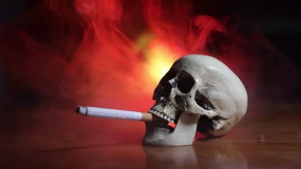 Nincs dohányzás. Kreatív műalkotás asztal dekoráció cigarettával. A cigaretta rákot okoz és öl. Még mindig él a koponya és a szigony. Szelektív fókusz
