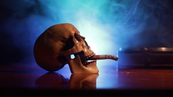 Kein Rauchverbot. Kreative Tischdekoration mit Zigaretten. Zigaretten verursachen Krebs und töten. Stillleben Totenkopf und Sigarette. Selektiver Fokus