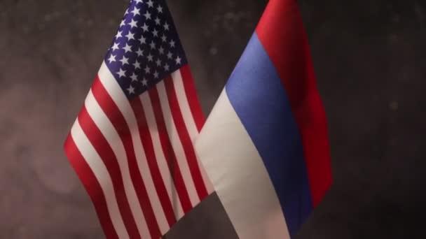 Nahaufnahmen von US-amerikanischen und russischen Flaggen auf dunklem Hintergrund