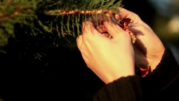 žena visí vánoční strom dekorace