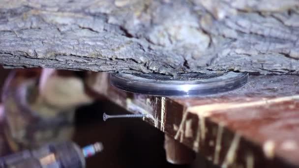 utahování šroubů do dřeva
