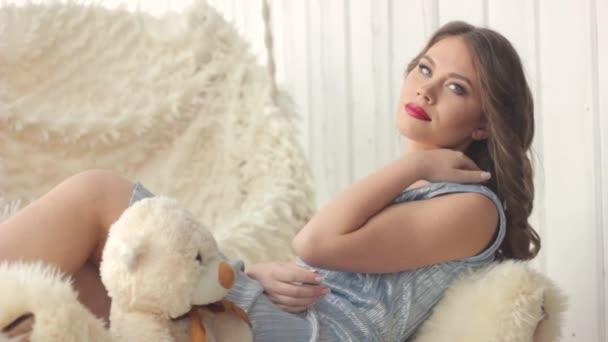 nő ül egy mackó