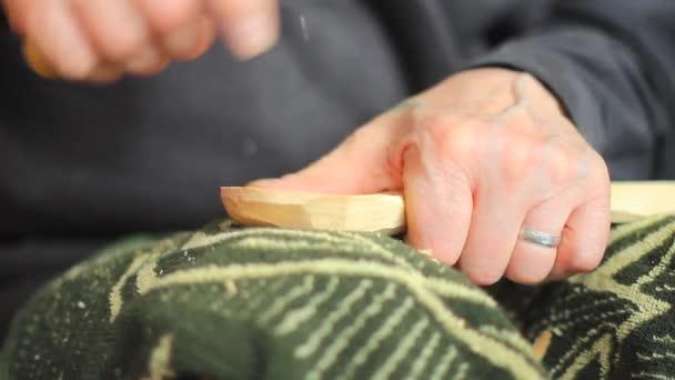 un artigiano intaglia legno