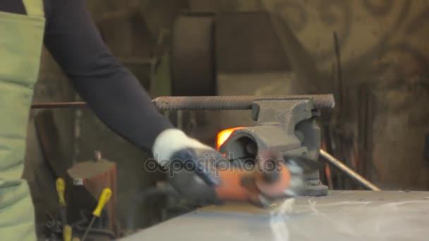 fűrészelés a vas szikrák