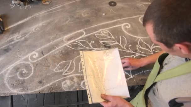 pracovník kreslí diagramu