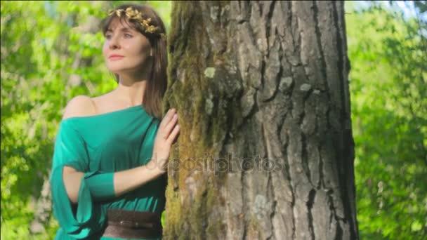 Žena v šatech strom