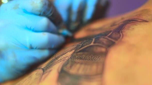 Il padrone lo fa il tatuaggio