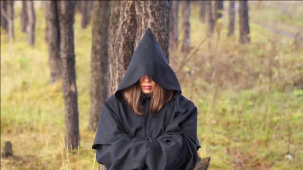 čarodějnice v plášti v lese