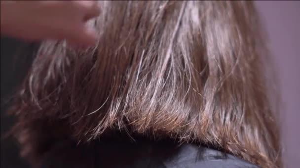 řez vlasy žen s nůžkami
