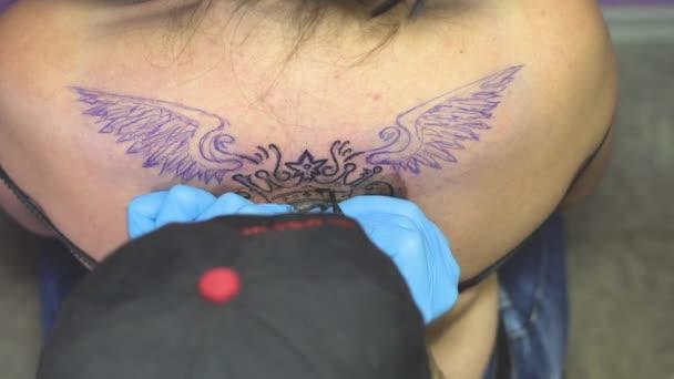 hlavní tetování je kresba na zadní straně