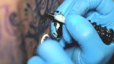 nő mester tetoválás a hátán