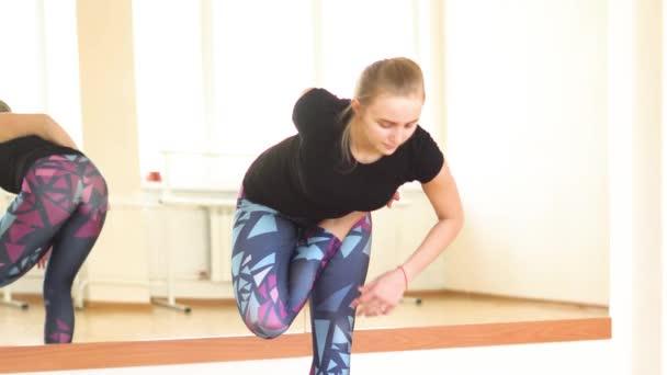 holka dělá jógu v hale