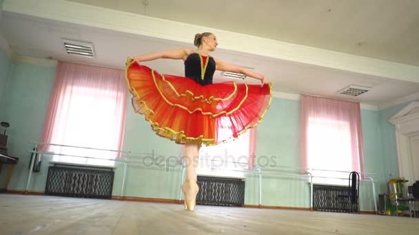 baletka v baletním sálem