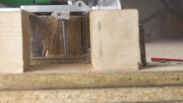 Okružní pila řeže dřevo