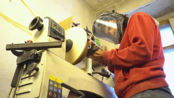 master sharpening on a lathe wood