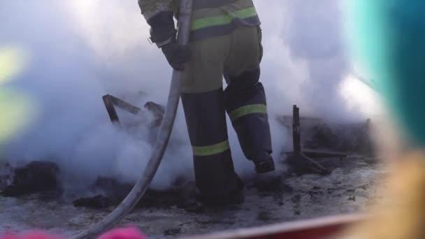 hasič klade na místě.