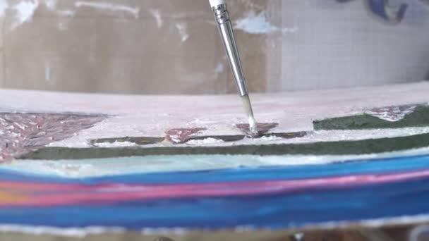 lartista dipinge un quadro con olio