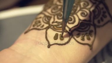 A mester mehendi felhívja a lány kezét. Gyönyörű mintákat a henna. Virágok henna a kezét. A kezek vonalakat gyönyörű. A henna egy ideiglenes tetoválás