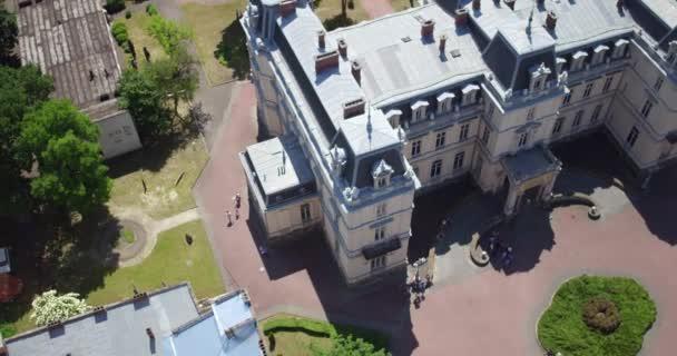 die spanne des potocki palastes in lviv. Vom Vogelflug über die Innenstadt gekreist.