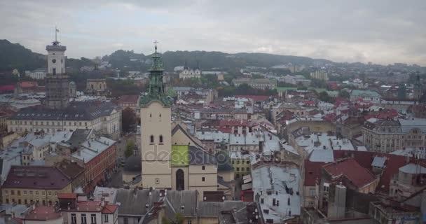Rathaus und die Kirche des Vogelflugs. Der Flug von der Hauptstraße entfernt. Aerial Shooting auch umfasst alte Häuser