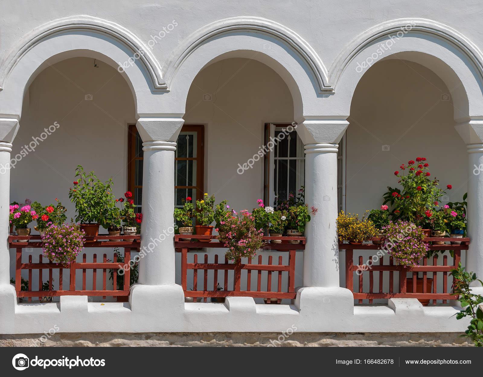 Mittelalterlichen Holzernen Balkon Mit Blumen Stockfoto