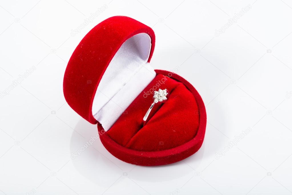 Pierścionek Zaręczynowy W Pudełko W Kształcie Serca Zdjęcie