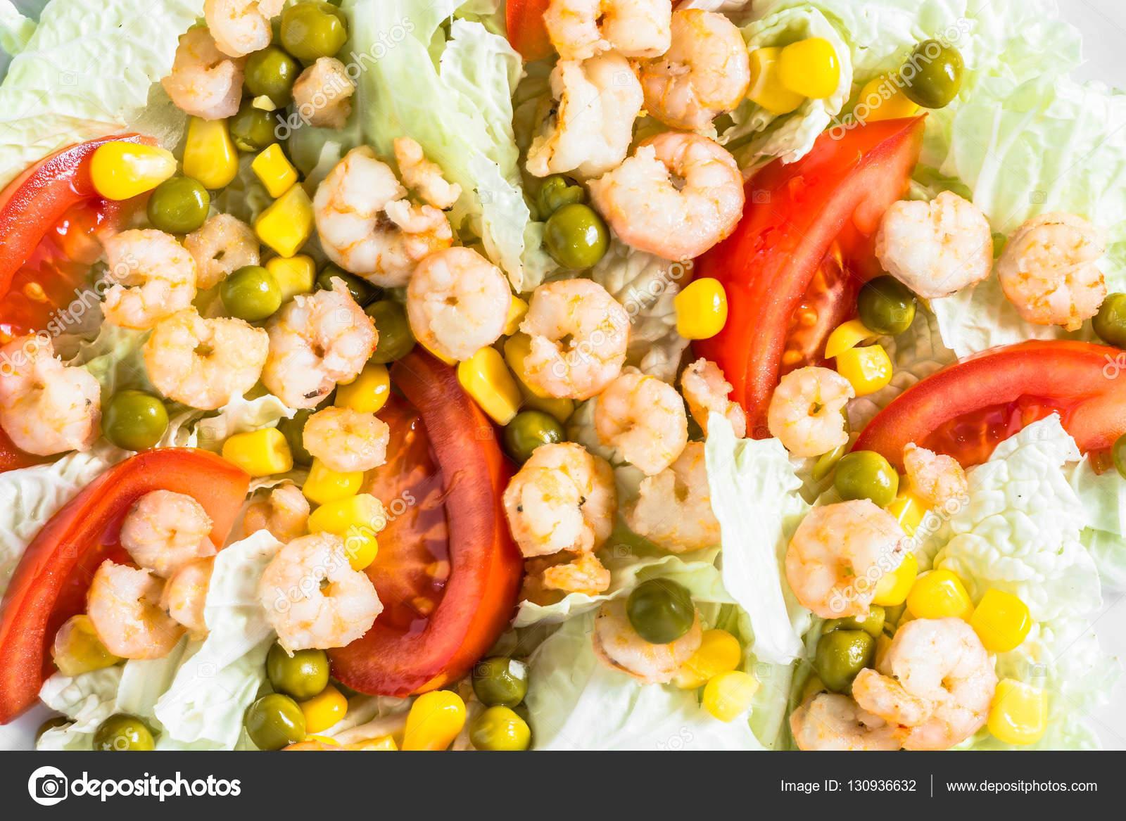 Karides ve mısır salatası