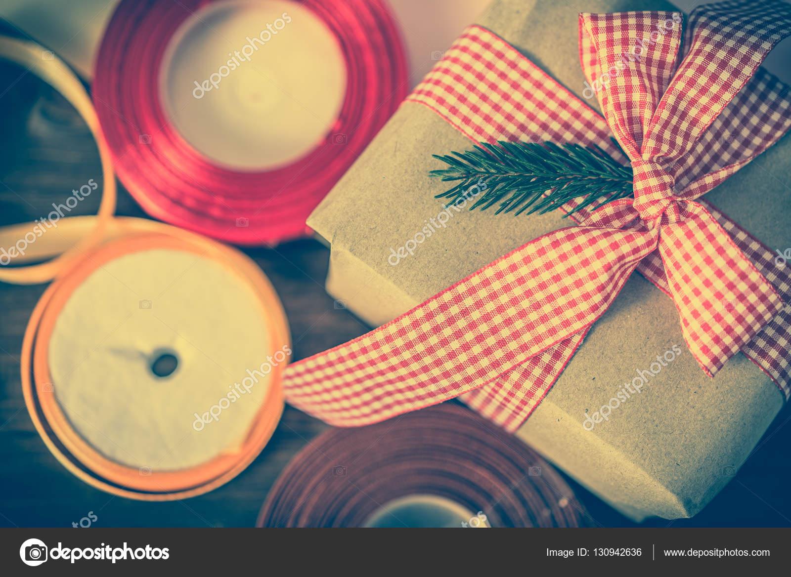 Rustikale Weihnachtsgeschenk box, Geschenk verpackt im Altpapier und ...