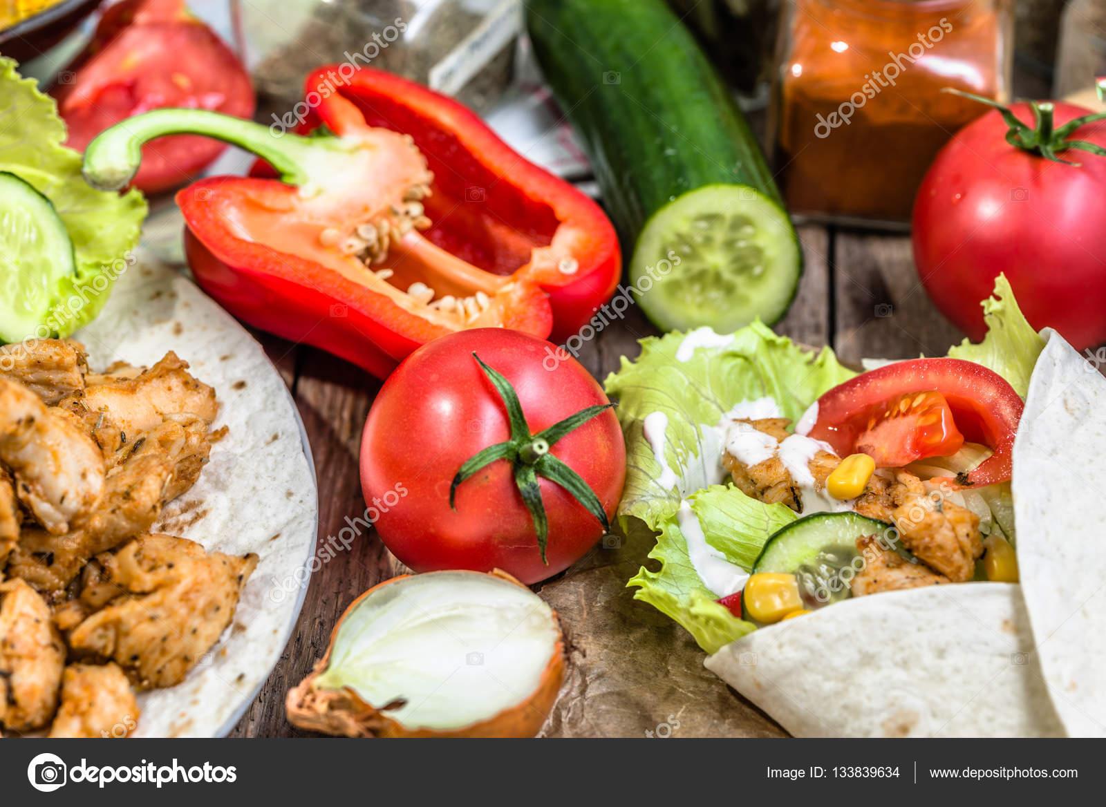 pr paration wrap de tortilla sandwich mexicain fajita avec viande frite dans gyros stripes de. Black Bedroom Furniture Sets. Home Design Ideas