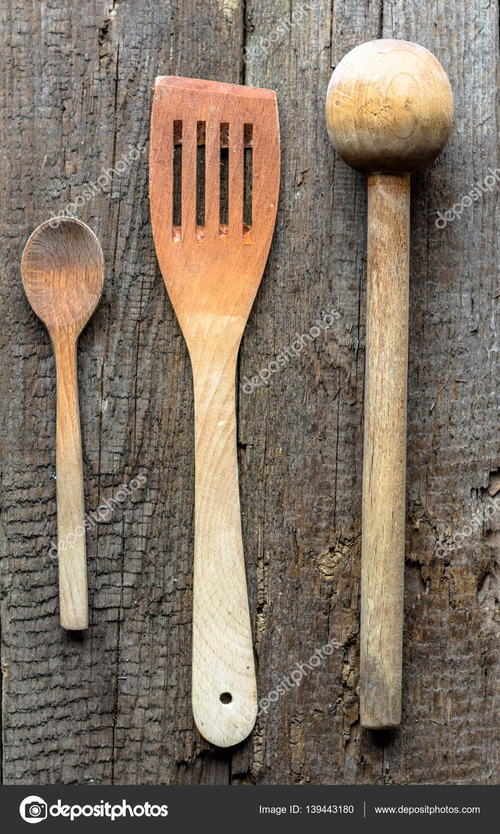 Vecchi utensili da cucina sulla tavola di legno invecchiato — Foto ...