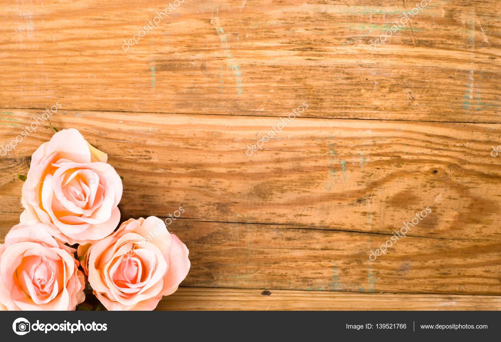 Brilhantes Rosas Sobre Fundo De Madeira Quadro De Flores Convite