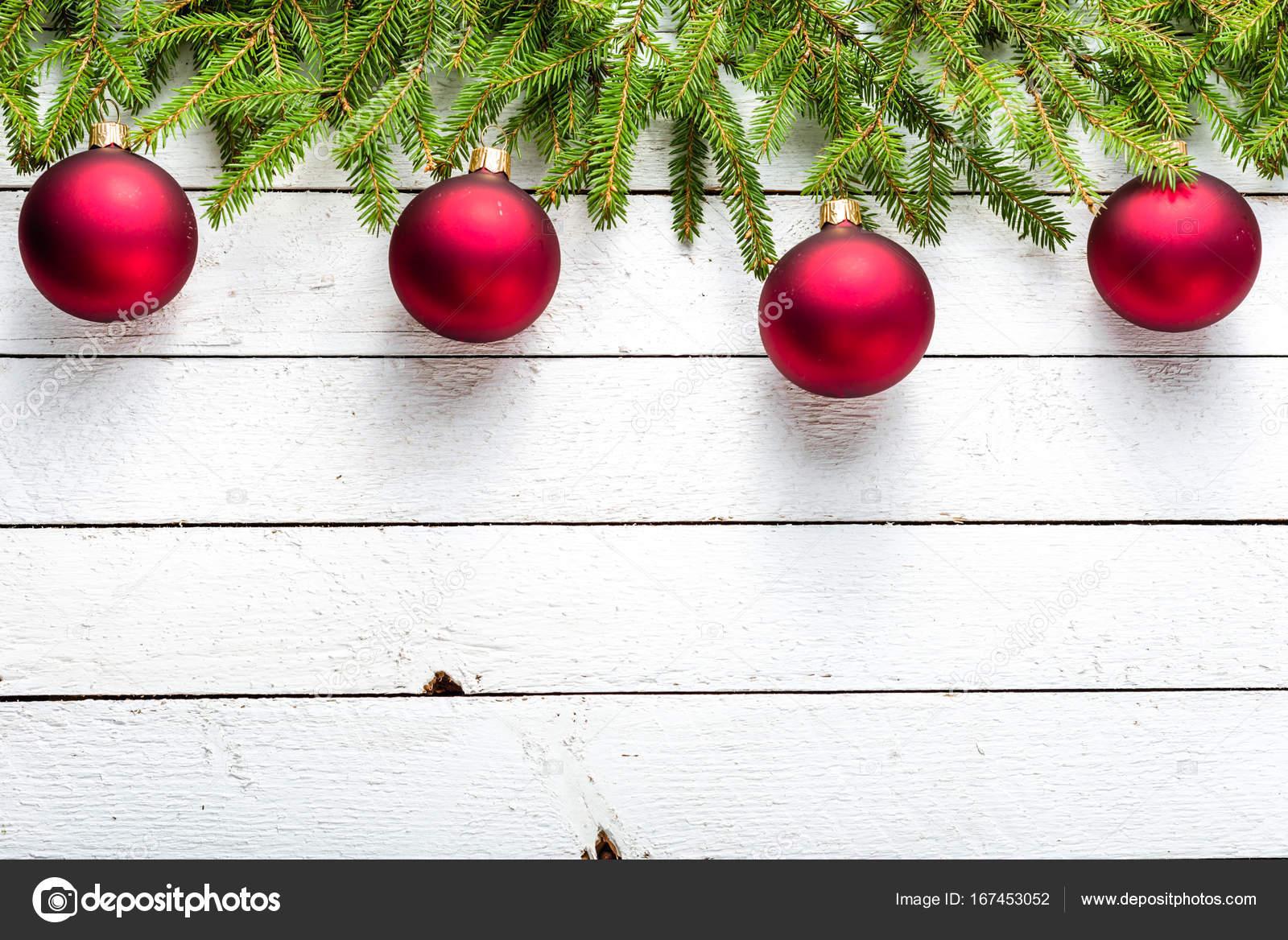 Kerstdecoraties Met Rood : Kerstdecoratie met rode ballen op fir boomtakken op houten witte