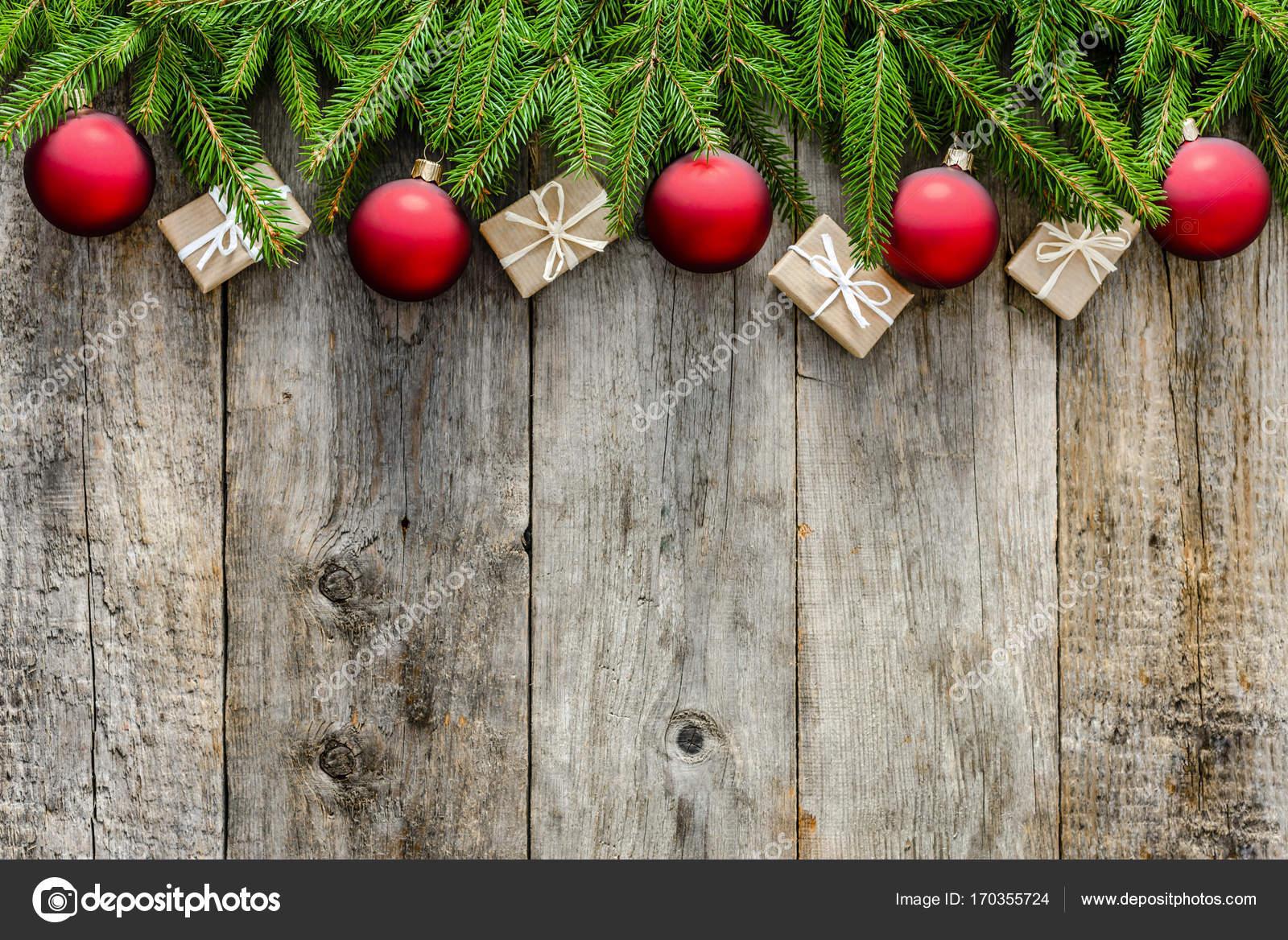 Kerstdecoraties Met Rood : Houten achtergrond met kerstversiering rode versieringen en kerst